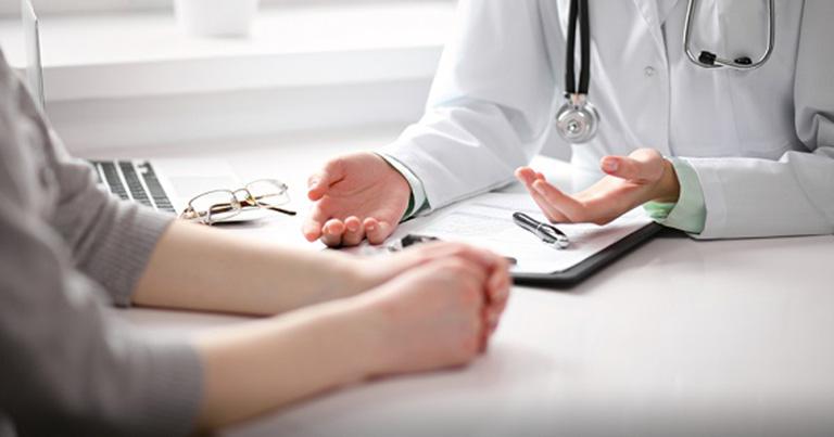 Bác sĩ thăm khám đưa ra phác đồ phù hợp với từng bệnh nhân