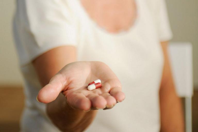 Dùng thuốc kháng sinh để chữa viêm âm đạo