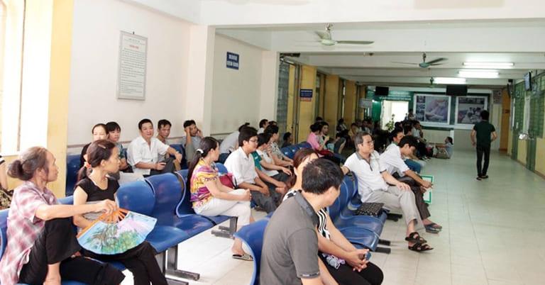 Bệnh nhân ngồi chờ thăm khám nội tiết