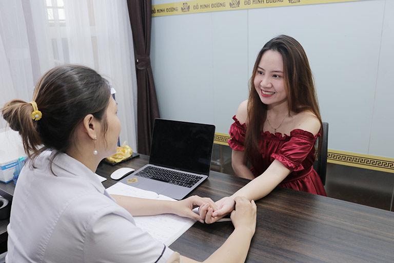 Bệnh nhân vui vẻ nhận kết quả từ bác sĩ nhà thuốc Đỗ Minh Đường