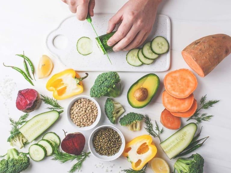 Nên bổ sung nhiều loại rau xanh trong chế độ ăn uống hàng ngày để bổ sung estrogen thiếu hụt