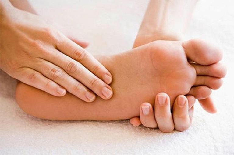Ở những giai đoạn nặng, ngoài đau vùng thắt lưng người bệnh còn tê bì bàn chân
