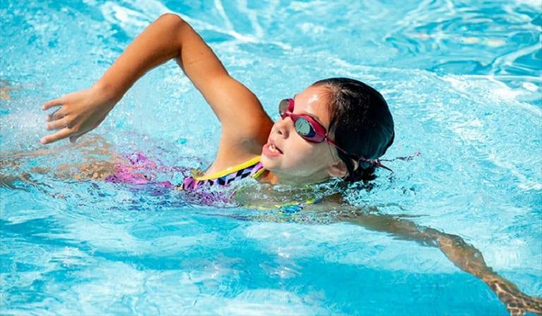 Các bài tập bơi lội sẽ giúp phần lưng được thư giãn. giảm đau và chống lão hóa rất tốt