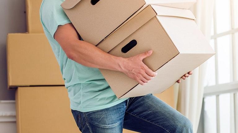 Mang vác vật nặng thường xuyên cũng có thể khiến cột sống thắt lưng bị ảnh hưởng