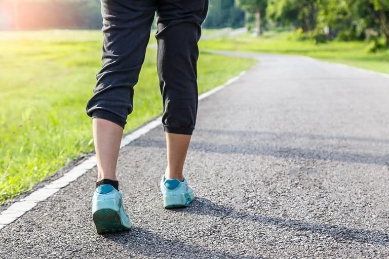Thoát vị đĩa đệm cột sống thắt lưng có thể khiến người bệnh đi đứng khó khăn