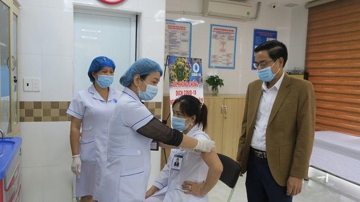 Nhân viên y tế thực hiện tiêm vắc xin COVID-19.