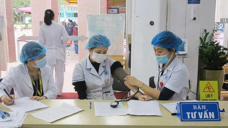 Nhân viên y tế được khám sàng lọc trước khi thực hiện tiêm chủng.