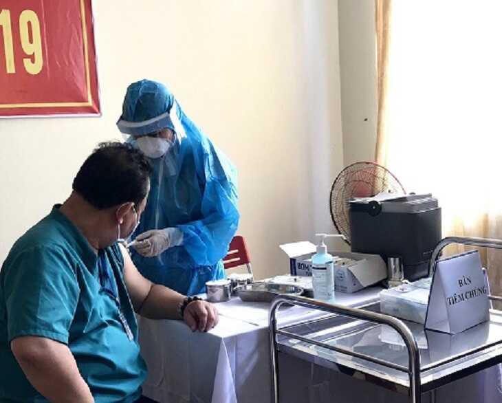 Tiêm chủng vắc xin phòng COVID-19 cho cán bộ y tế tham gia phòng chống dịch, điều trị bệnh nhân COVID-19