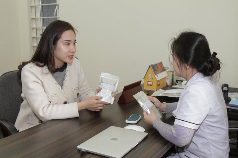 Chị Hồng Nhật thăm khám trực tiếp cùng bác sĩ Hằng