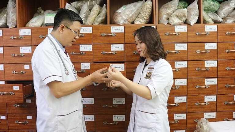 Lương y Tuấn cùng bác sĩ Hằng nghiên cứu hoàn thiện bài thuốc Phụ Khang Đỗ Minh