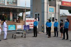 Các đồng chí trong Đoàn công tác động viên tinh thần cán bộ y tế đang được cách ly trong bệnh viện