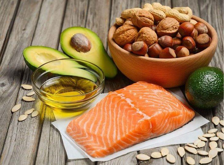 Ăn nhiều thực phẩm giàu chất béo lành mạnh là cách cân bằng nội tiết tố mang lại hiệu quả cao