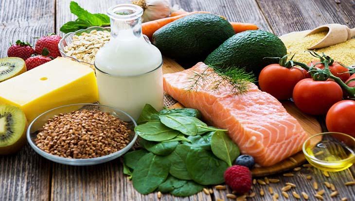 Nên xây dựng một chế độ ăn với đầy đủ dưỡng chất, đa dạng các loại vitamin, hạn chế những món ăn có hại tới sức khỏe