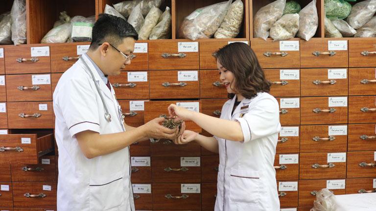 Lương y Tuấn và BS Hằng tại nhà thuốc nam Đỗ Minh Đường