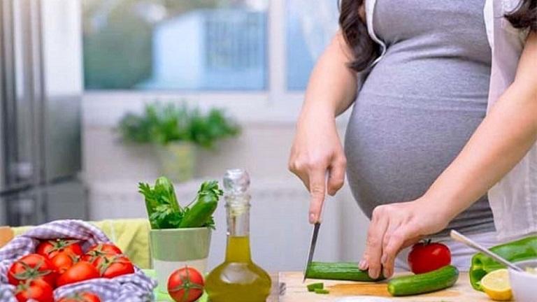 Xây dựng chế độ ăn uống đầy đủ dinh dưỡng cũng hỗ trợ phòng tránh viêm lộ tuyến cho bà bầu